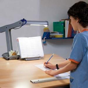 Schreibtischlampen im Kinderzimmer am Schreibtisch